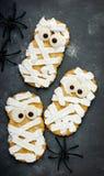Творческая идея для еды хеллоуина - печений шутихи мумии в icin Стоковая Фотография RF