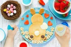 Творческая идея для завтрака пасхи детей - блинчиков зайчика пасхи Стоковые Фотографии RF