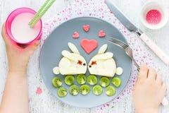 Творческая идея для завтрака ребенк - сандвич сыра сформировал милое wh Стоковое Изображение