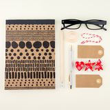 Творческая квартира кладет фото стола места для работы с eyeglasses, ручку, карандаш и тетрадь, минимальный стиль на cream предпо Стоковое фото RF