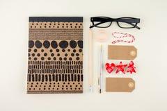 Творческая квартира кладет фото стола места для работы с eyeglasses, ручку, карандаш и тетрадь, минимальный стиль на cream предпо Стоковая Фотография RF