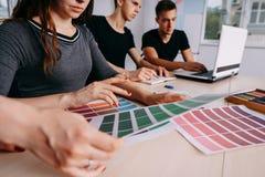Творческая команда работая совместно на студии дизайна Стоковое Изображение RF
