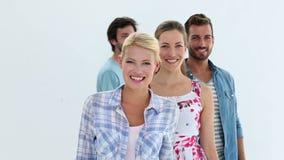 Творческая команда усмехаясь на камере акции видеоматериалы
