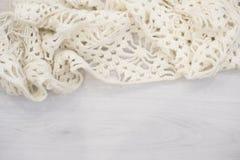Творческая минимальная концепция рождества план каникул зимы с шарфом на сером деревянном затрапезном космосе таблицы в середине  Стоковая Фотография RF