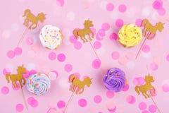 Творческая пастельная карточка праздника фантазии с пирожным, confetti и Стоковые Фото