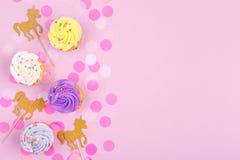 Творческая пастельная карточка праздника фантазии с пирожным, confetti и Стоковые Изображения RF