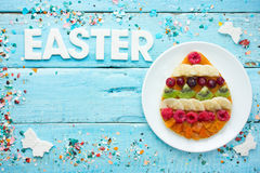 Творческая предпосылка еды пасхи - блинчики пасхального яйца с плодоовощ Стоковые Фотографии RF