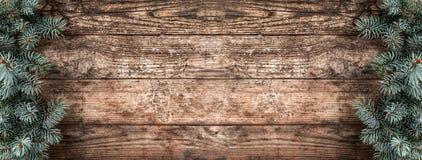 Творческая рамка плана сделанная ветвей ели рождества, конусов сосны на деревянной предпосылке Тема Xmas и Нового Года стоковая фотография rf