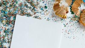 Творческая рамка сделала shavings a карандаша цвета на белой бумаге Стоковое Фото