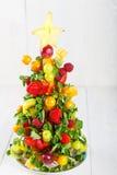 Творческая рождественская елка плодоовощ с различными ягодами, плодоовощами и стоковая фотография rf