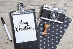 Творческая рождественская открытка с старой камерой фото Стоковая Фотография RF
