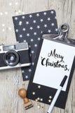 Творческая рождественская открытка с старой камерой фото Стоковые Изображения RF