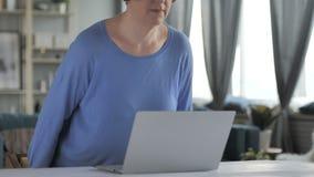 Творческая старая старшая женщина приходя для делать работу на компьтер-книжке видеоматериал