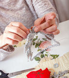 Творческая старшая женщина делая орнаменты стоковые фото