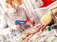 Творческая старшая женщина делая орнаменты стоковое изображение rf