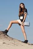 Творческая съемка в пустыне Красивая сексуальная девушка в черном платье T Стоковые Изображения