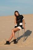 Творческая съемка в пустыне Красивая сексуальная девушка в черном платье T Стоковое Изображение RF