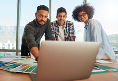 Творческая start-up команда обсуждая идеи в деловой встрече Стоковые Изображения