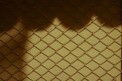 Творческие абстрактные тени звена цепи ограждают сталь ячеистой сети я стоковое фото rf