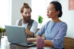 Творческие бизнесмены встречая в современном офисе Стоковое Изображение