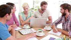 Творческие бизнесмены в встрече сток-видео