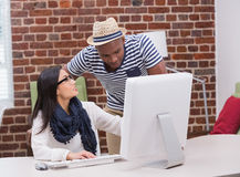 Творческие бизнесмены используя компьютер Стоковое фото RF