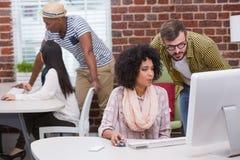 Творческие бизнесмены используя компьютер Стоковое Фото