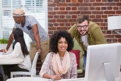 Творческие бизнесмены используя компьютер Стоковое Изображение RF