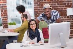 Творческие бизнесмены используя компьютер Стоковое Изображение