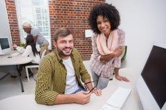 Творческие бизнесмены используя компьютер Стоковые Изображения