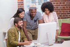 Творческие бизнесмены используя компьютер Стоковая Фотография RF