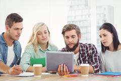 Творческие бизнесмены используя цифровую таблетку Стоковое Фото