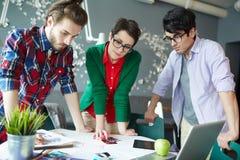 Творческие бизнесмены коллективно обсуждать проект Стоковые Изображения RF