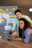 Творческие бизнесмены работая на столе на офисе Стоковые Изображения RF