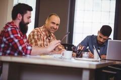 Творческие бизнесмены работая на столе Стоковое Изображение