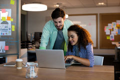 Творческие бизнесмены работая на столе Стоковое Изображение RF