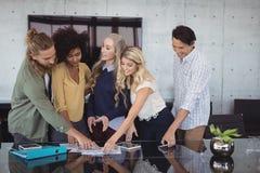 Творческие бизнесмены работая совместно на офисе Стоковое фото RF