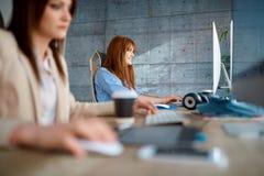 Творческие дизайнеры работая на проекте в студии дизайна Стоковые Изображения