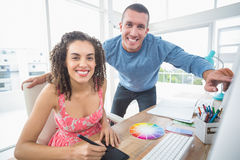 Творческие коллеги дела работая на компьютере Стоковая Фотография RF