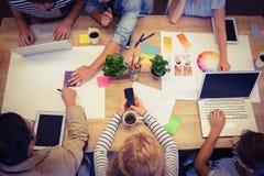 Творческие коллеги с компьтер-книжкой и цифровой таблеткой Стоковые Изображения