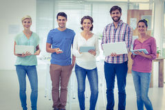 Творческие коллеги с компьтер-книжкой и цифровым офисом таблетки Стоковая Фотография
