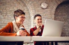 Творческие люди архитектора работая совместно на столе на компьютере Стоковые Изображения