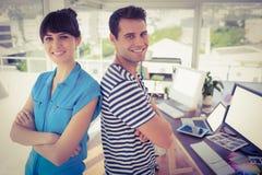 Творческие молодые бизнесмены представлять Стоковая Фотография
