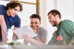 Творческие мужские коллеги обсуждая новый проект Стоковые Изображения RF