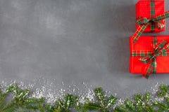 Творческие подарочные коробки xmas красные, взгляд сверху, космос экземпляра на серой деревянной предпосылке Стоковые Фото