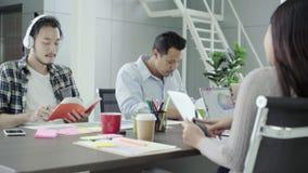 Творческие профессионалы собрали на таблице встречи для обсуждают важные вопросы нового успешного startup проекта сток-видео