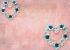 Творческие сердца, составленные handmade декоративных элементов на предпосылке абрикоса grunge Смогите быть использовано для граф Стоковая Фотография