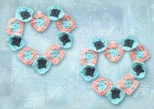 Творческие сердца, составленные handmade декоративных элементов на предпосылке бирюзы grunge Смогите быть использовано для графич Стоковые Изображения