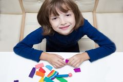 Творческие способности детей, моделируя от пластилина стоковая фотография