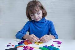 Творческие способности детей, моделируя от пластилина стоковое фото rf